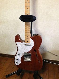 ヘアバンドをストッパー代わりに使ったギタースタンド